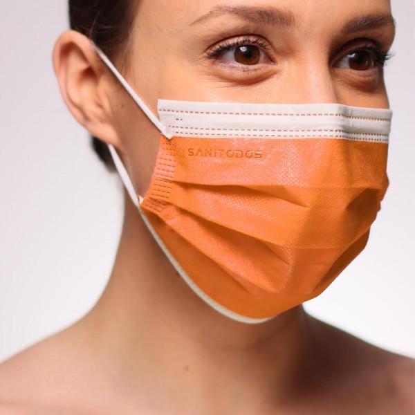 La fotografía muestra a una mujer portando una mascarilla quirúrgica blanca homologada de tipo IIR