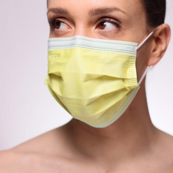 La fotografía muestra a una modelo con una de nuestras mascarillas homologadas quirúrgicas rojas homologadas.