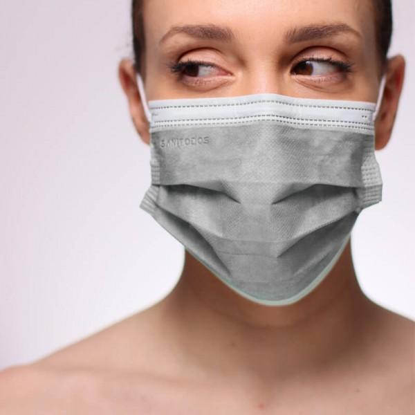La modelo de la fotografía lleva una de nuestras mascarillas quirúrgicas rojas tipo IIR de hospital