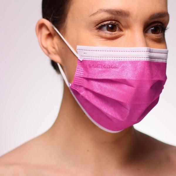 La imagen nos muestra a una modelo con una mascarilla quirúrgica negra homologada fabricada en nuestro país