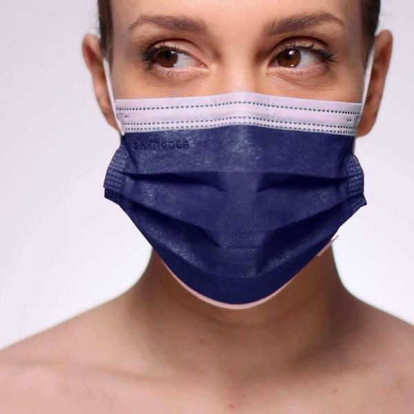 La mujer de la fotografía lleva unas mascarillas rojas de tipo quirúrgico de nuestra tienda online.