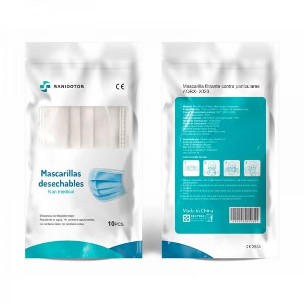 La mujer de la fotografía lleva puesta una mascarilla de tela quirúrgica con estampado de camuflaje
