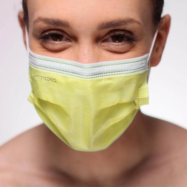 La siguiente fotografía muestra a una modelo con una mascarilla de quirófano color blanco mirando hacia la izquierda.