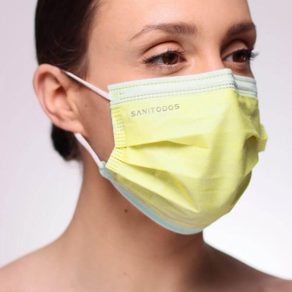 La siguiente fotografía muestra a una mujer con una mascarilla médica color blanca