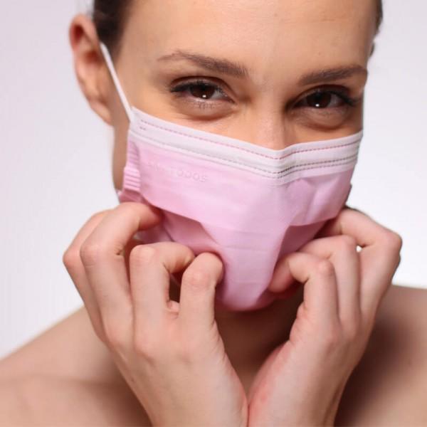 En la siguiente fotografía se puede observar a una modelo portando nuestra mascarilla quirúrgica de tipo IIR de color naranja