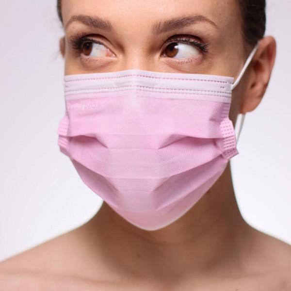 En la siguiente fotografía se puede apreciar a una mujer que porta una mascarilla naranja de tipo quirúrgico