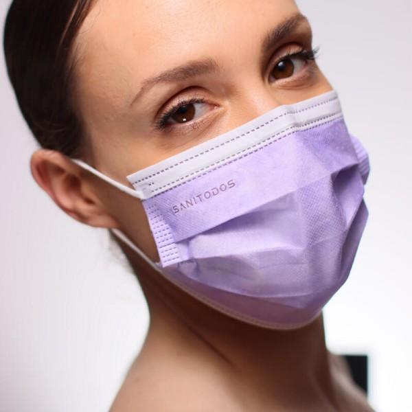 La modelo de la fotografía lleva una mascarilla amarilla quirúrgica de tipo IIR