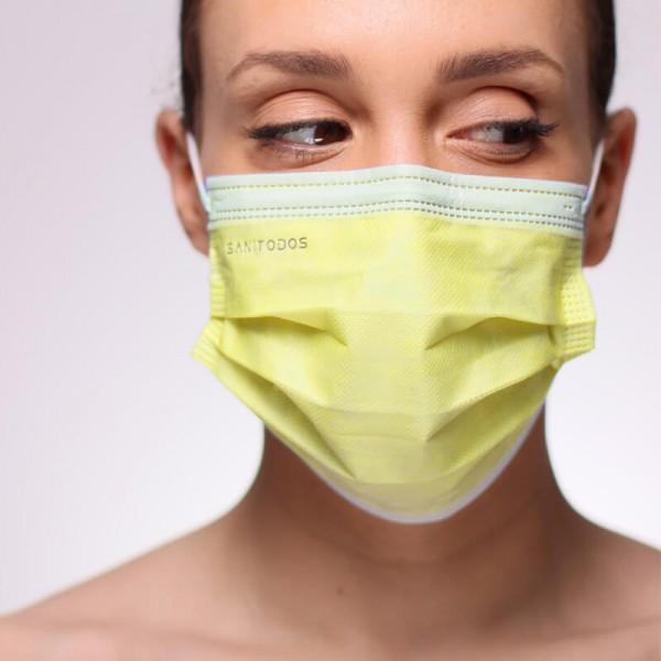 La siguiente fotografía muestra a una modelo portando una mascarilla quirúrgica IIR de color rosa chicle