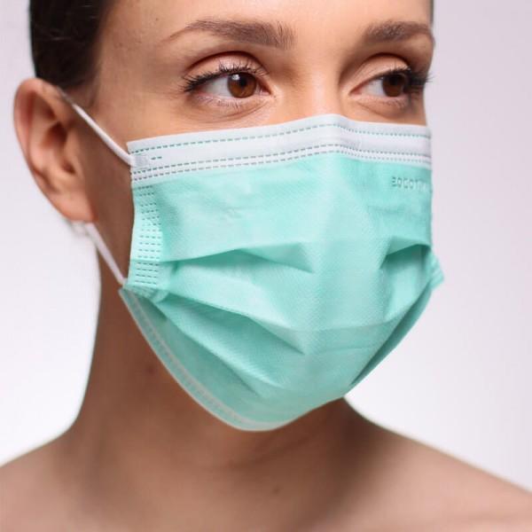 En la siguiente fotografía se puede ver a una persona que porta una mascarilla quirúrgica IIR homologada de color fucsia.