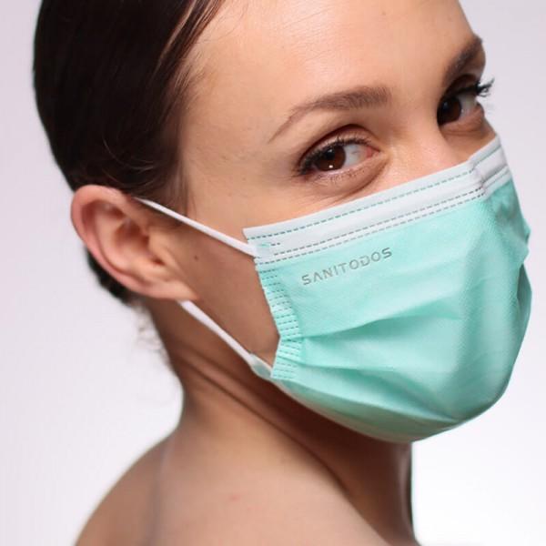 La siguiente fotografía muestra a una modelo portando una mascarilla homologada gris de quirófano o centro hospitalario.