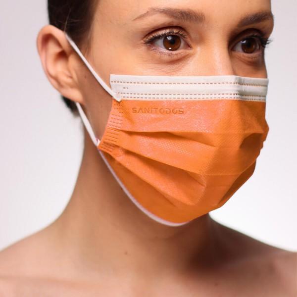 La siguiente fotografía muestra a una mujer que lleva puesta una mascarilla quirúrgica azul marino de tipo IIR