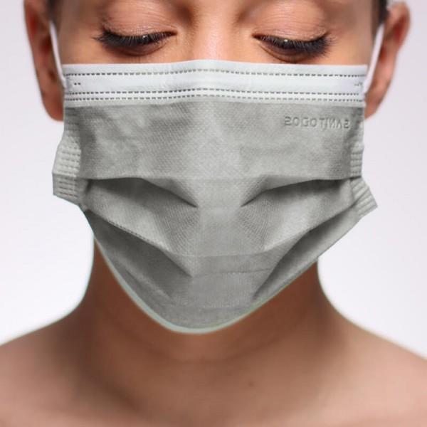 La siguiente fotografía muestra a una modelo con una mascarilla azul marino quirúrgica homologada por la normativa vigente.