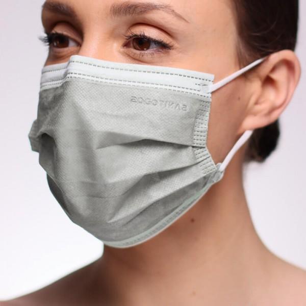 La siguiente fotografía muestra a una mujer con una mascarilla azul marino para quirófano homologada.