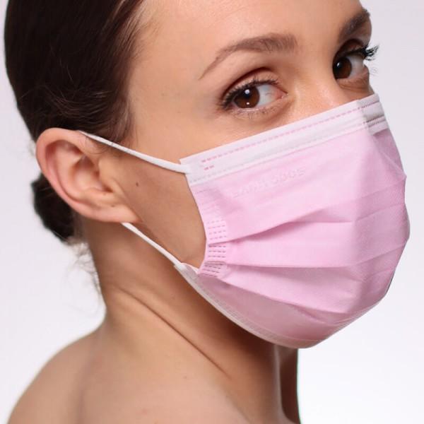 En la siguiente fotografía puedes ver a una modelo portando una mascarilla quirúrgica homologada gris claro de tipo IIR.