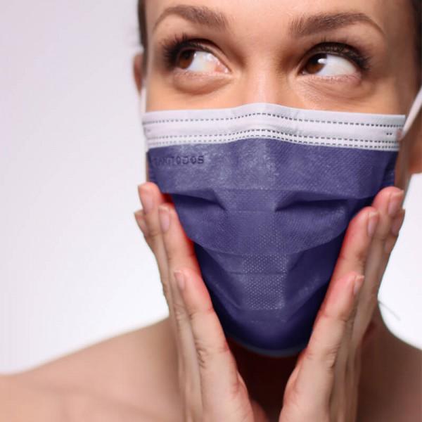 La modelo de la fotografía lleva una mascarilla quirúrgica IIR en color gris.