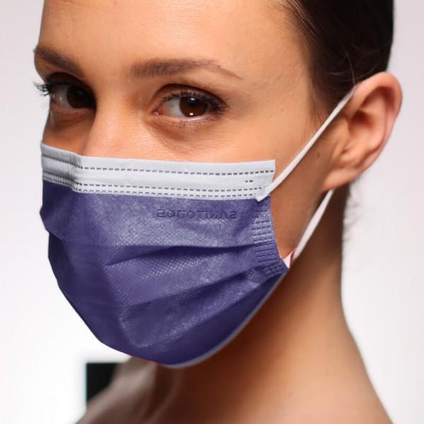 La modelo de la fotografía lleva una mascarilla quirúrgica homologada en tono grisáceo