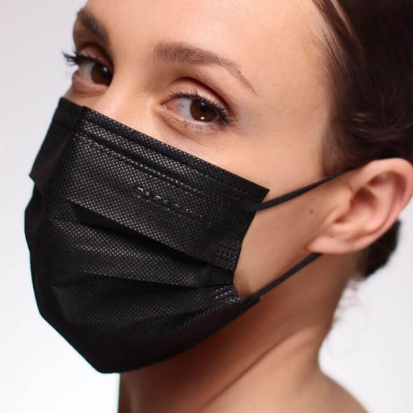 La siguiente fotografía muestra a una mujer portando una mascarilla EPI de tipo FFP2 desechable de color blanco