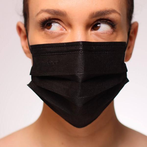 La siguiente fotografía muestra a una mujer portando una mascarilla ffp2 color blanca