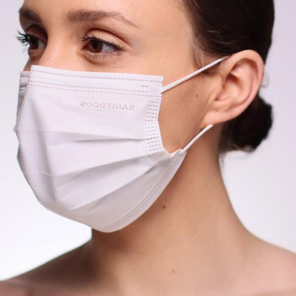 La siguiente fotografía muestra a una persona con una mascarilla FFP3 blanca de alta filtración cubriendo su rostro