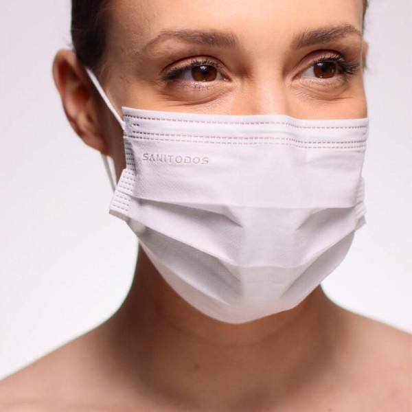 La siguiente fotografía muestra a una modelo portando una mascarilla ffp2 de color negro